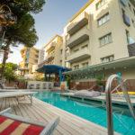 Solarium privato affacciato sulla piscina dell'Hotel Corallo