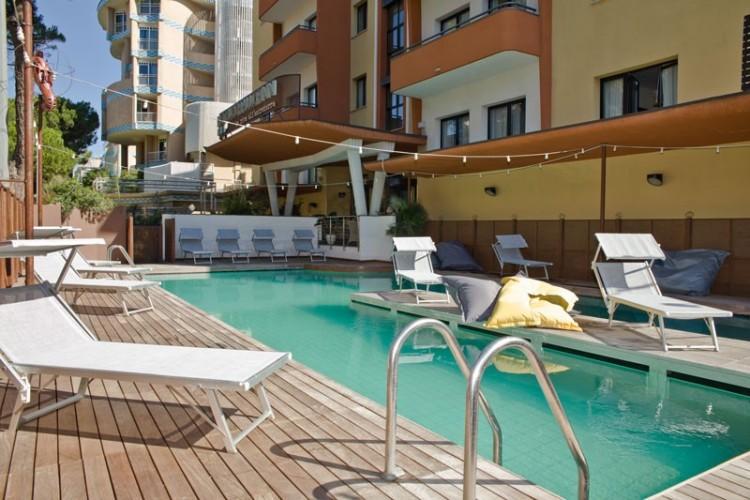 La piscina dell hotel corallo rimini accoglie l acqua - Piscina acqua salata ...