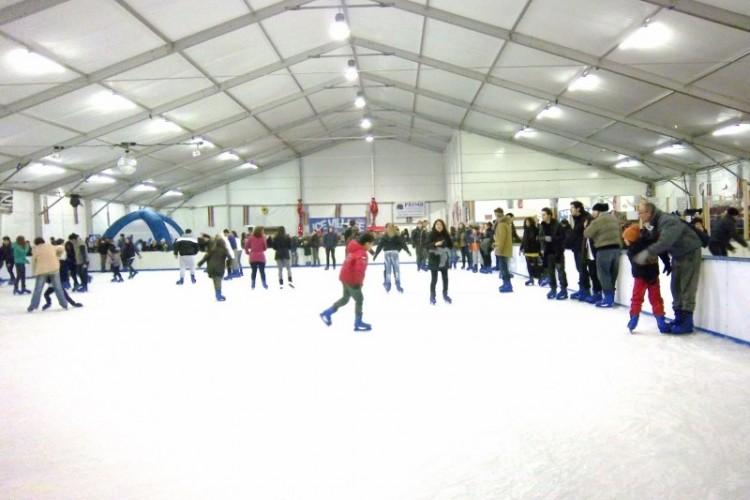 ICE VILLAGE RIMINI, LA PISTA DI PATTINAGGIO SUL GHIACCIO IN RIVA AL MARE.